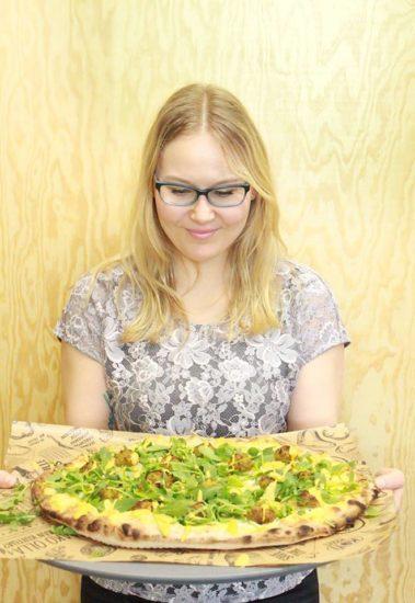 Kotipizzan Anna ja hänen lempparipizza Vuohenjuusto-Falafel